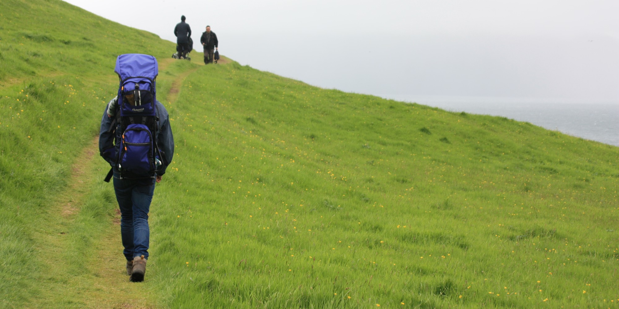 Mand vandrer på fjeld